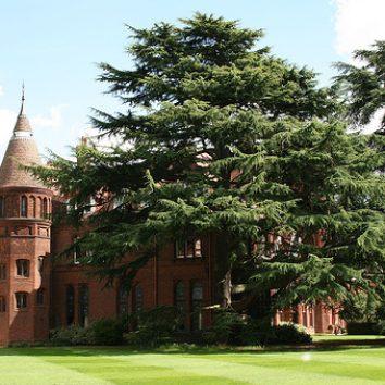 https://www.cambridgedream.com/wp-content/uploads/2015/03/Girton-College-Gardens1.jpg