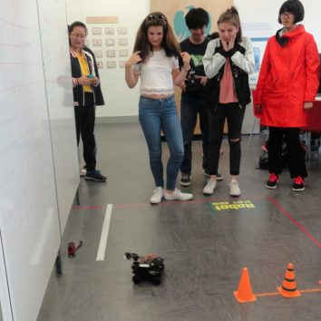 http://www.cambridgedream.com/wp-content/uploads/2015/03/Robotics-Workshop11.jpg