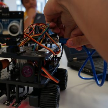 http://www.cambridgedream.com/wp-content/uploads/2015/03/Robotics-Workshop21.jpg