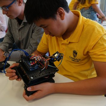 http://www.cambridgedream.com/wp-content/uploads/2015/03/Robotics-Workshop30-1.jpg