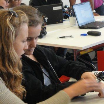 https://www.cambridgedream.com/wp-content/uploads/2015/03/Robotics-Workshop5.jpg