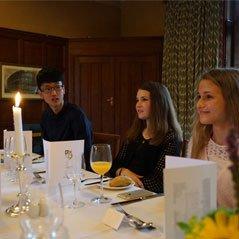 在大禮堂中舉行正式晚宴(銀式餐飲服務