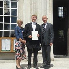 Laura和NeilDavies于剑桥出席他们儿子的毕业典礼