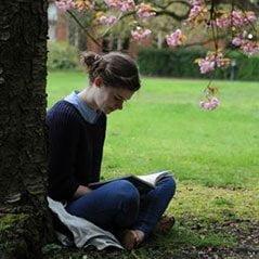 在格顿学院的花园中学习